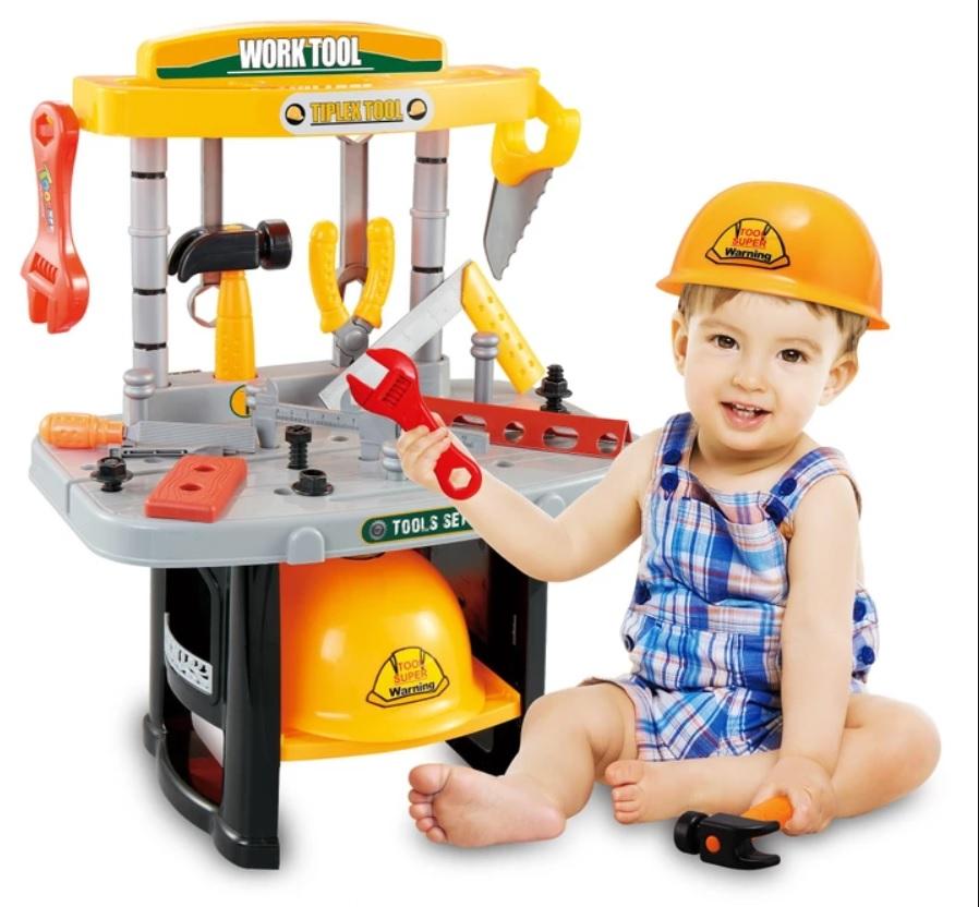 Dětský pracovní stůl s nářadím a přilbou